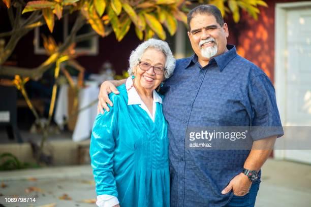 シニア メキシコ女性と彼女の息子 - テスティモニアル ストックフォトと画像