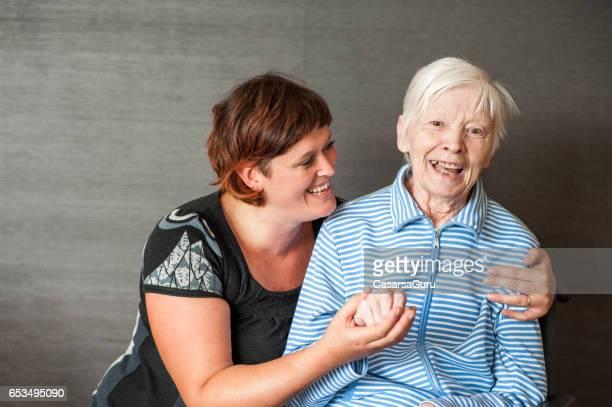 Senior-Mutter mit erwachsenen Tochter - Portrait