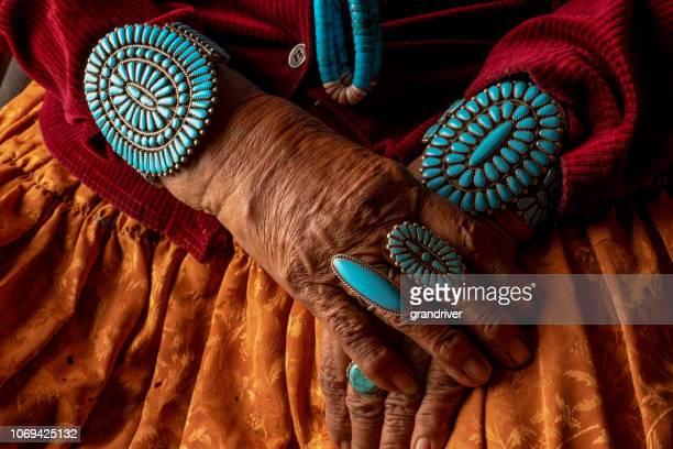 senior indianische navajo frau tragen traditionelle blauem schmuck - navajo kultur stock-fotos und bilder