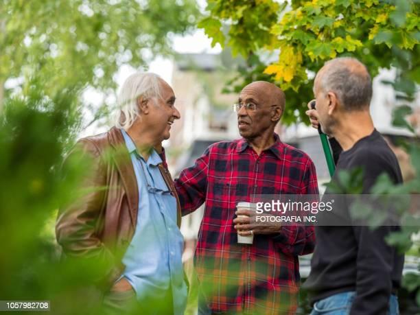 シニア隣人談笑 - 隣人 ストックフォトと画像