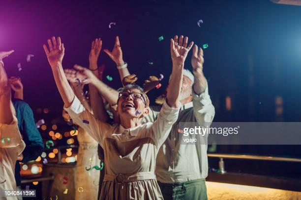senior new year rooftop party - brindisi capodanno foto e immagini stock