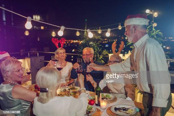 senior nieuwjaar dak partij - alleen volwassenen stockfoto's en -beelden