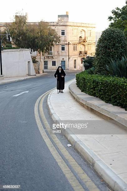 Senior Nonne zu Fuß auf der Straße