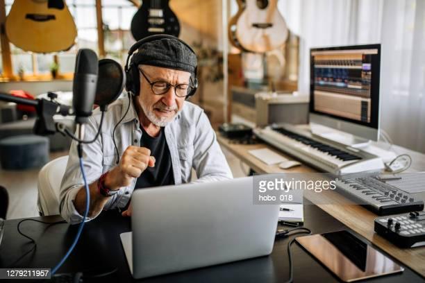 senior online show host podcasting - alleen seniore mannen stockfoto's en -beelden