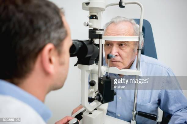 Senior patienten att få en synundersökning hos optikern