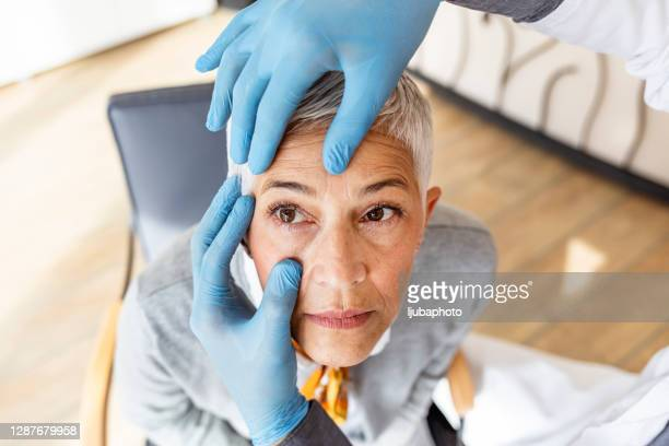 senior patient having an eye exam at ophthalmologist's office - conjuntivite imagens e fotografias de stock