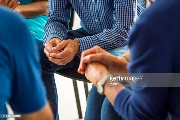 hogere mensen tijdens vergadering, dichte omhoog van handen - onherkenbaar persoon stockfoto's en -beelden