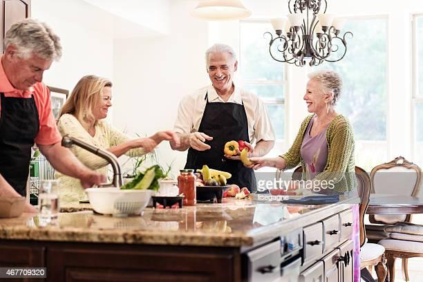 Senior personnes s'amuser dans la cuisine