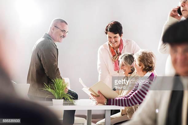 Ältere Menschen im Altersheim.