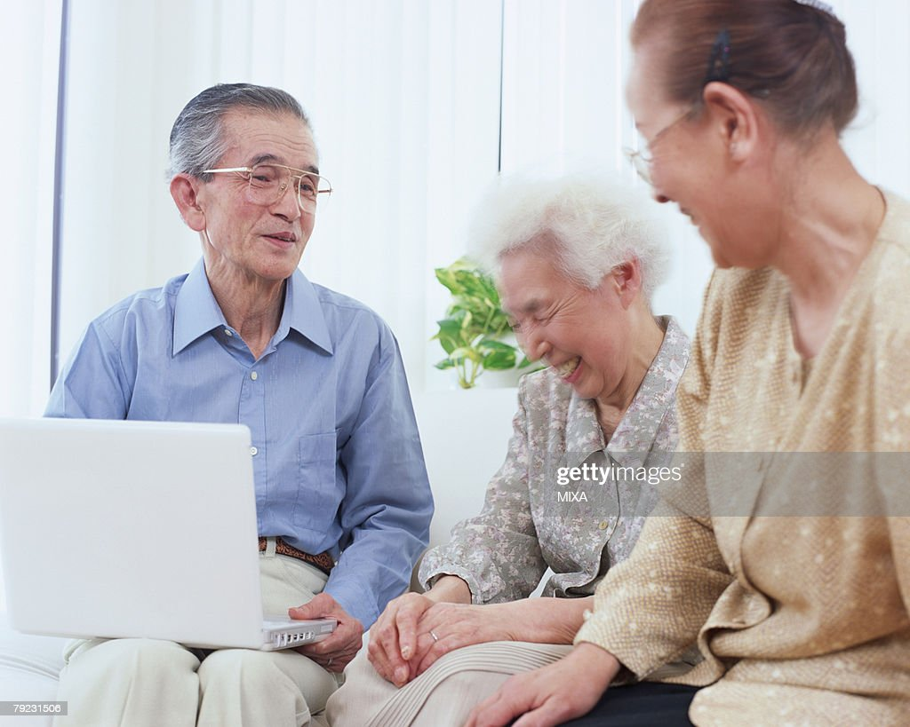 Senior people talking in a living room : Stock Photo