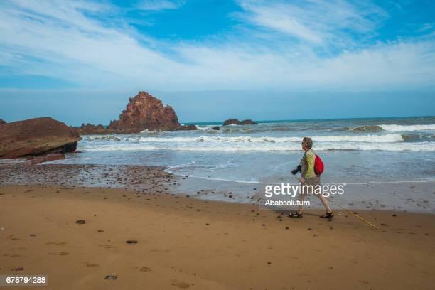 photographe principal sur la plage de legzira, sidi ifni, maroc, afrique - océan atlantique photos et images de collection