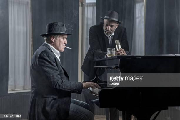 piano senior tocando hombre con un cantante de soul - club singer fotografías e imágenes de stock
