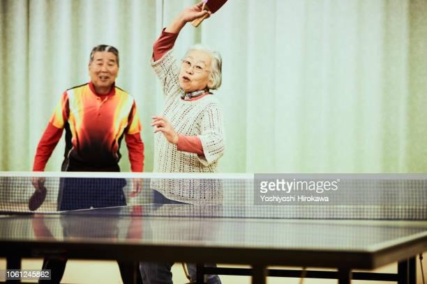 senior playing table tennis - 社会問題 ストックフォトと画像