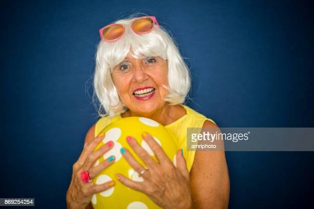 Senior portret - gelukkig lachende 70 jaar oude moderne vrouw