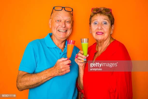 Senior portret - glimlachend 70 jaar oude vrouw en 73 jaar oude man met gezonde dranken