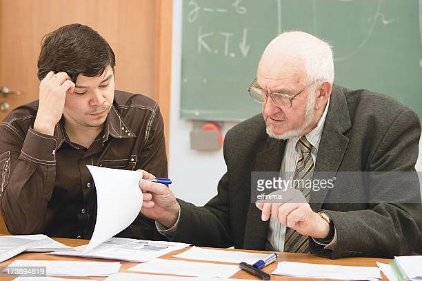 Senior professor untersuchen die student-Projekt