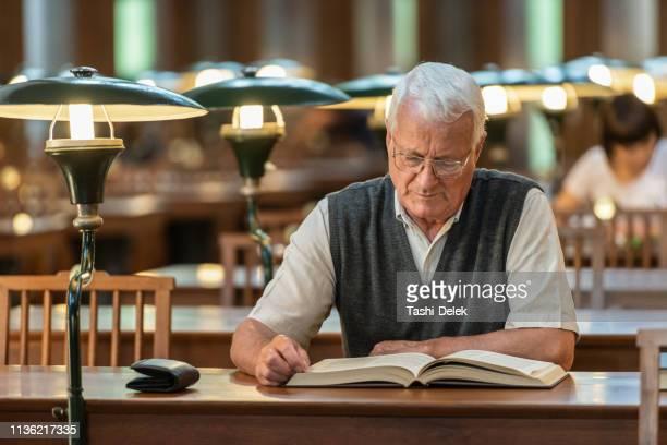 senior professor in public library - einzelner senior stock-fotos und bilder