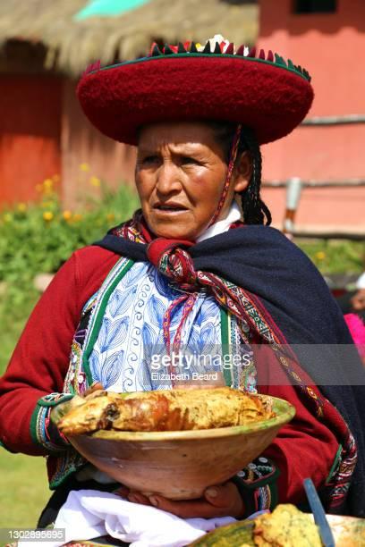 senior quechua woman holding roasted cuey guienea pig - cultura peruana fotografías e imágenes de stock