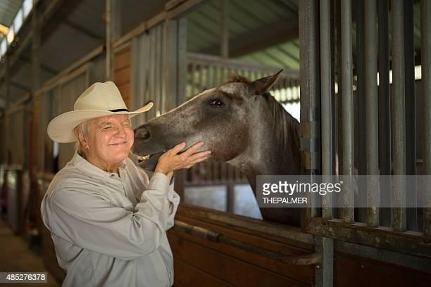 Senior de ganadero y su caballo