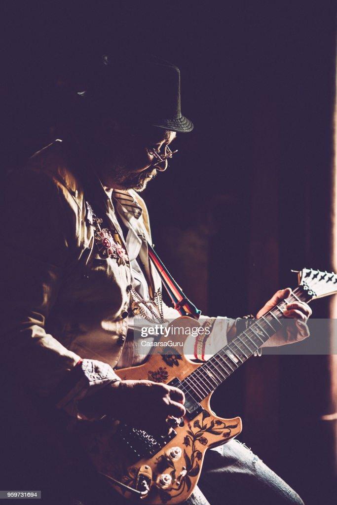 Durchführung von Senior Rock-Gitarrist : Stock-Foto