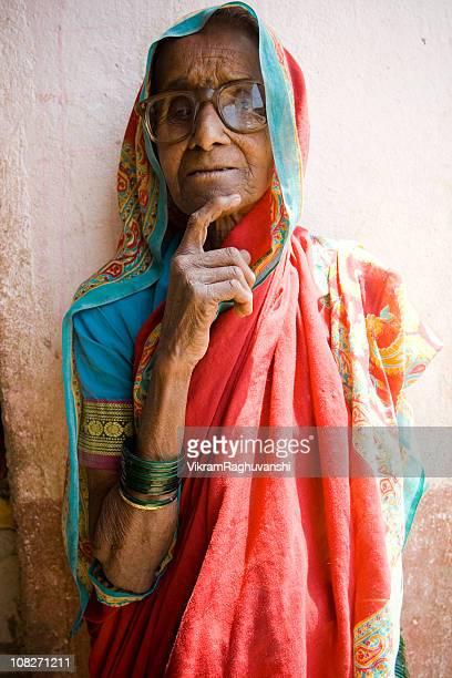 インドの田舎の老人女性雌 - マハラシュトラ州 ストックフォトと画像