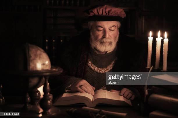señor erudito de lo últimos libro de lectura en biblioteca antigua - escriba fotografías e imágenes de stock
