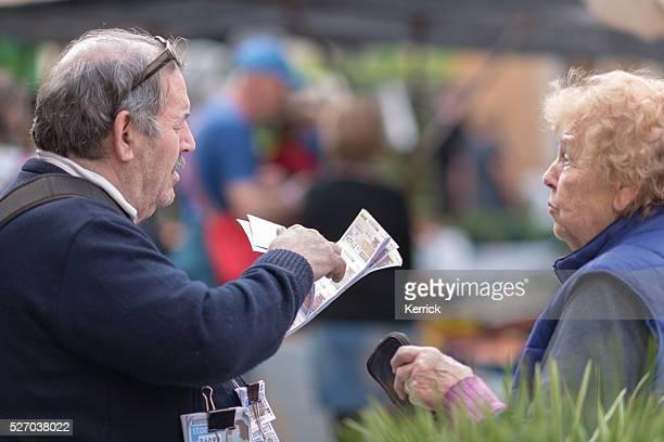 Senior la vente de Billet de loterie du marché de la ville de Sineu Majorque