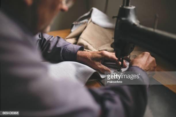 上級ミシン。先輩の趣味裁縫 - ミシン ストックフォトと画像