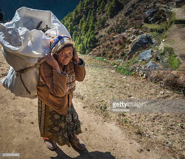 mulher sênior sherpa porter carregando pesados de carga no himalaia nepal - buck teeth - fotografias e filmes do acervo