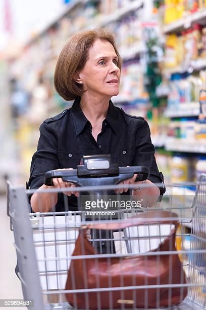 Senior au supermarché Shopping