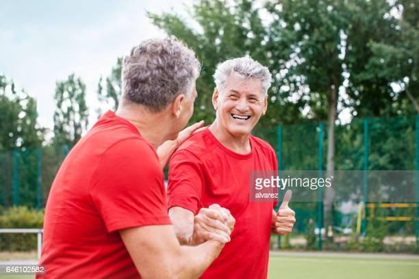 Senior Fußball-Spieler ein Tor zu feiern