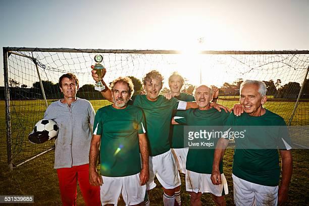 senior soccer team - fußballmannschaft stock-fotos und bilder