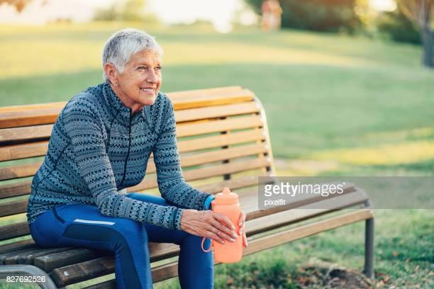 Sportive senior au repos sur un banc