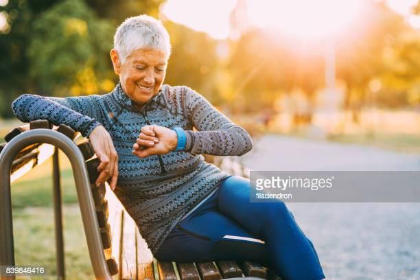 Senior Sportvrouw met behulp van een slimme horloge