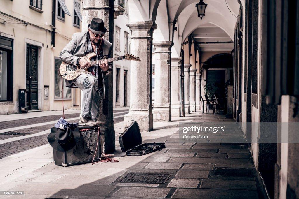 Senior Street-Artist genießen, e-Gitarre auf der Straße spielen : Stock-Foto
