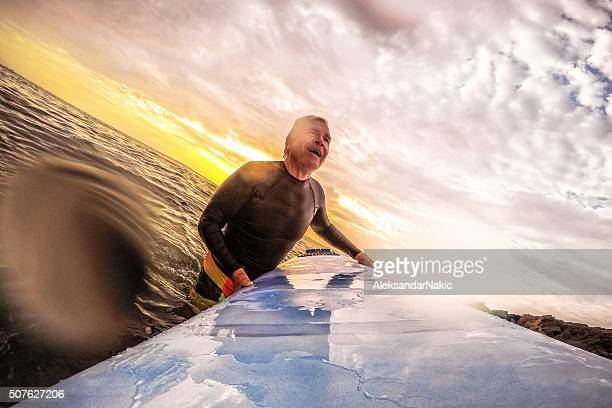 Senior surfer-Mann