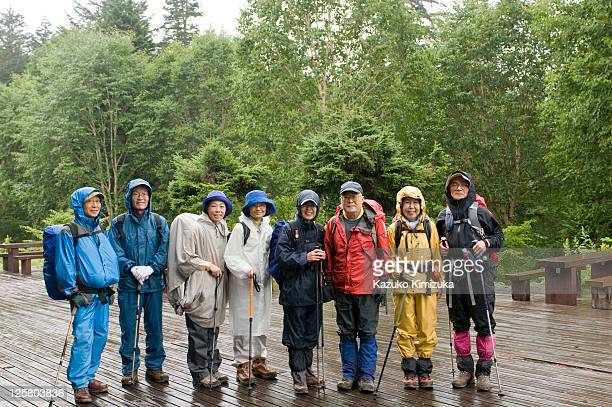 senior tour group portrait,hiking - kazuko kimizuka stock-fotos und bilder