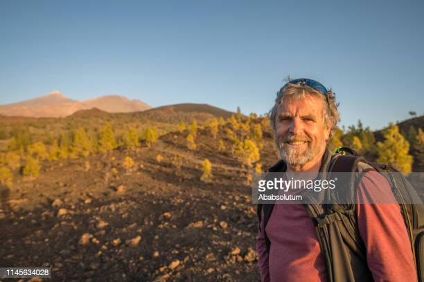 turista senior en el parque nacional el teide en la isla de tenerife, españa - geología fotografías e imágenes de stock