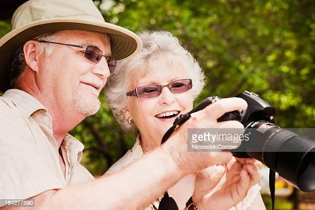 老人観光客の笑顔でカメラ viewer