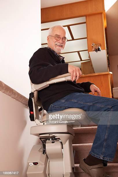 senior com stairlift em casa: lar de idosos - elevador de escada imagens e fotografias de stock