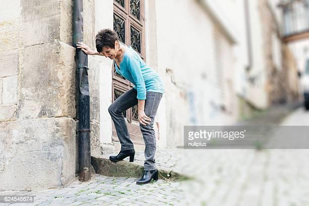 Senior zu Fuß durch die Stadt, unter Knie