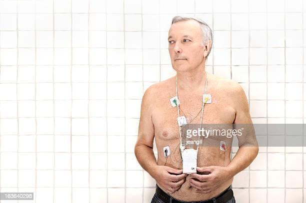 Senior usando monitor de corazón