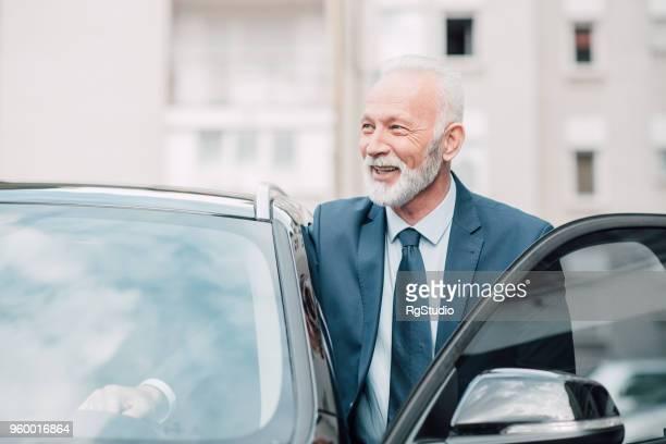 Travailleur de hauts cols blancs entrant dans la voiture