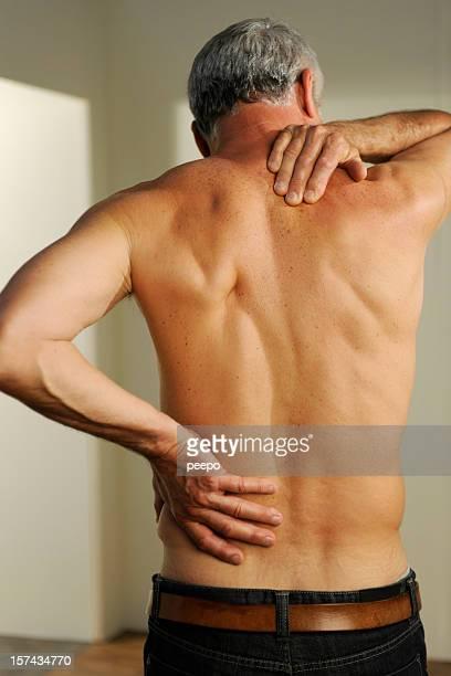 senior avec les douleurs du dos