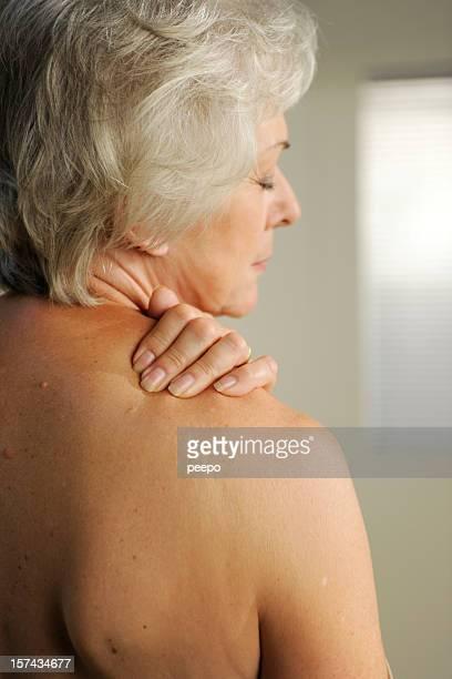 senior mit hals schmerzen - senioren aktfotos stock-fotos und bilder
