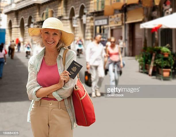 Mujer Senior con Pasaporte extranjero
