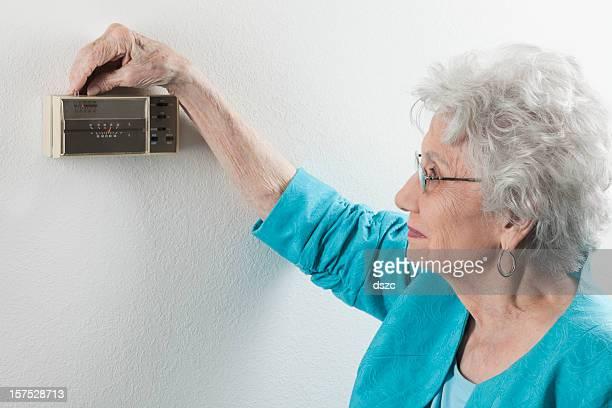 Mujer senior ajuste hogar termostato