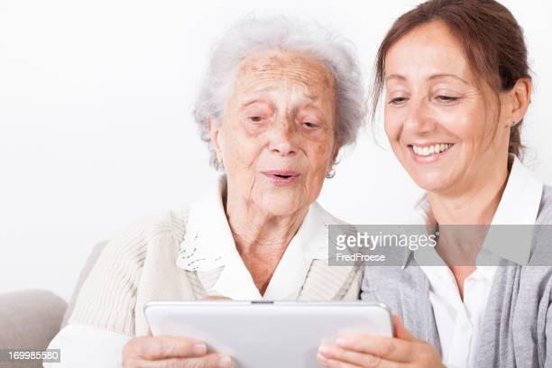 Mulher idosa e do prestador de
