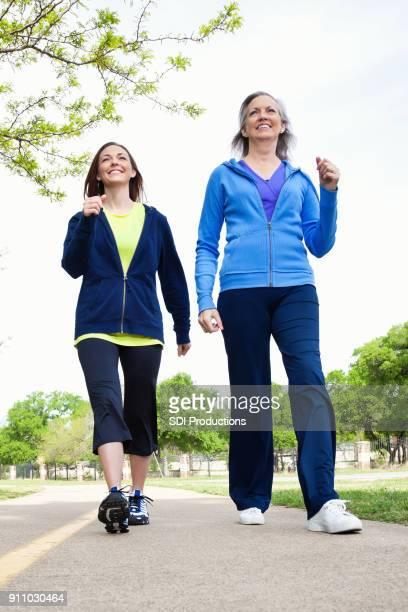 Senior vrouw en dochter samen genieten van macht wandeling