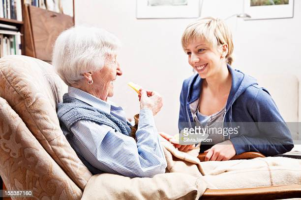 senior Frau und Altenpfleger
